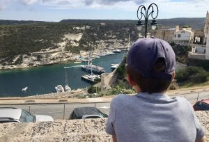 Blick von der Altstadt Bonifacios auf das Hafenbecken - Korsika mit Kindern