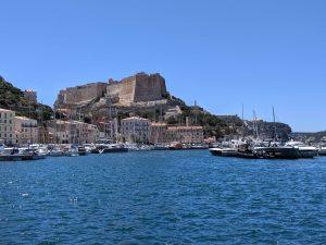 Der Hafen von Bonifacio mit Blick auf die Altstadt mit Festung