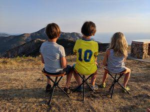 Die Kinder betrachten die Aussicht