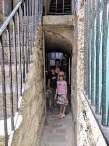 Enge Gassen in der Altstadt von Sarténe - Korsika mit Kindern
