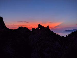 Roter Abendhimmel über der Calanche