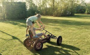 Kettcar fahren auf dem Bauernhof in Zeeland