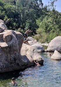 Sprung vom Felsen in den Fluss