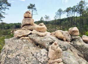 Steinmännchen auf der Wanderung zum Wasserfall
