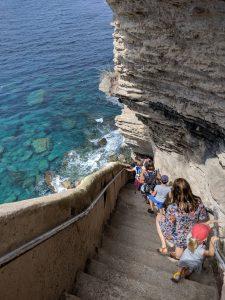 Treppe des Königs von Aragon in Bonifacio auf Korsika mit Kindern