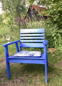 Blauer Stuhl im Garten des Ferienhauses in Kleinzerlang an der Mecklenburger Seenplatte