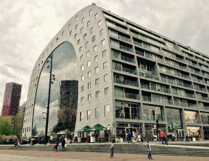 Seitenansicht der Markthalle von Rotterdam mit den Balkonen der Wohnungen