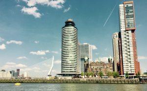 Skyline von Rotterdam mit dem Hotel Holland Amsterdam Linie in der Mitte