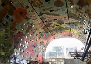 Die bunte Decke der Markthalle in Rotterdam