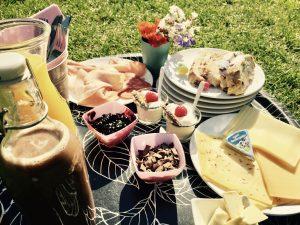 Das Osterfrühstück auf dem Bauernhof wird bis zu unserer Jurte gebracht