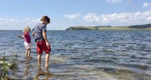 Füße ins Wasser auf der Mönchgut Halbinsel auf Rügen