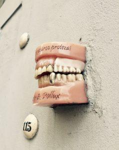 Gebiss in der Wand in Vilnius