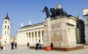 Gediminas Denkmal auf dem Platz vor der Kathedrale St. Stanislaus in Vilnius