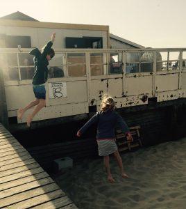 Bei De Branding in Renesse springen die Kinder von der Rampe in den Sand