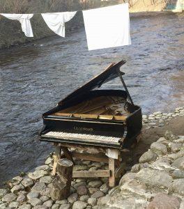 Klavier am Fluss in Vilnius im Viertel Uzupis