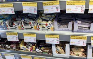 Kleine Kuchen im Supermarkt IKI