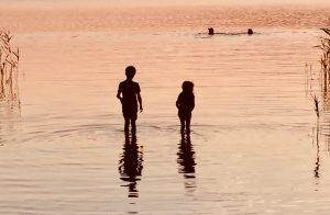 Badestelle Canower See mit Kindern in der Abenddämmerung