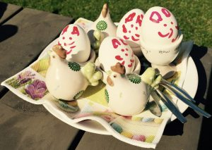 Bemalte Ostereier während des Familienurlaubs in der Jurte