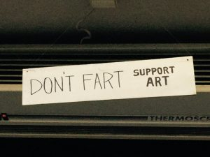 Schild: Don't Fart Support Art Vilnius