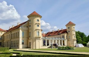 Schloss Rheinsberg mit aufgebauter Bühne für Konzerte im Sommer