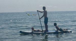 Am Strand in Lobbe auf Rügen mit den Kindern auf dem Stand up Paddle