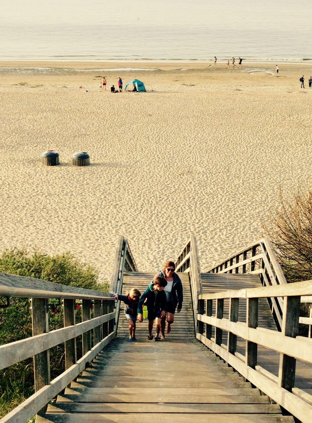 Der Strandzugang in Rensse erfolt über eine lange Holztreppe