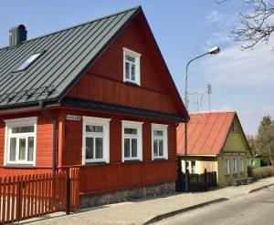 Bunte Holzhäuser in Trakai Litauen