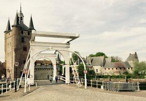 Ein Stadttor von Zierikzee mit weißer Holzbrücke